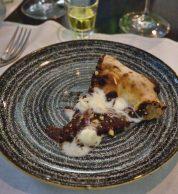 Pizza con Cioccolato fondente cotto, cioccolato bianco cremoso, Strega, nocciola tostata