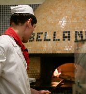 Tetsuya Ikeda al lavoro col forno a Legna (Pizzeria Bella Napoli)