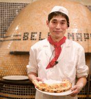 Tetsuya Ikeda davanti al suo forno col Ripieno (Pizzeria Bella Napoli)