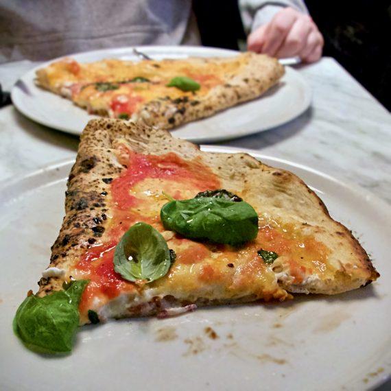 Ripieno (calzone) con salame, ricotta, mozzarella e pepe de L'Antica Pizzeria da Michele Milano