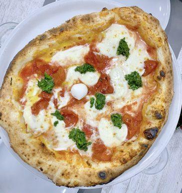 Margherita rivisitata con crema di basilico (Pizzeria La Traversa Fuorigrotta)