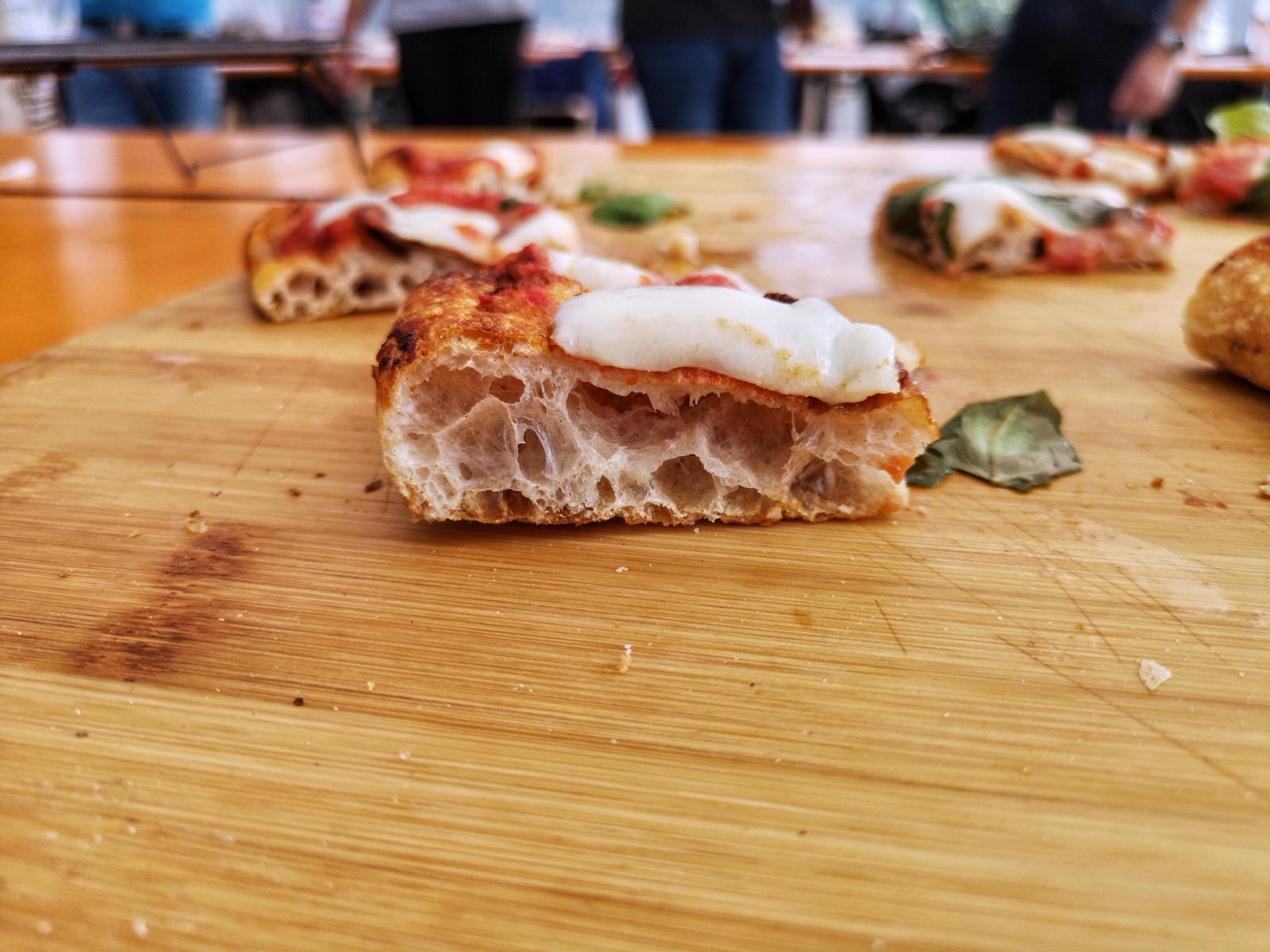 Dettaglio pizza in teglia fatta in casa