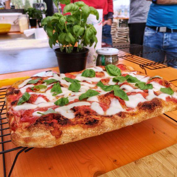 Pizza romana in teglia fatta in casa