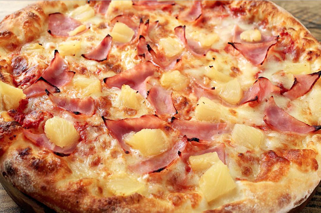 Una pizza con l'ananas