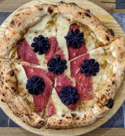 Numero 9: fiordilatte, vellutata di porcini di Cusano Mutri, carpaccio di Black Angus argentino, duchessa di patata viola e olio evo (DeLuxe Pizzeria)