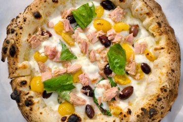 Pizza con tonno, pomodori gialli, olive di Gaeta (Divina Vietri)