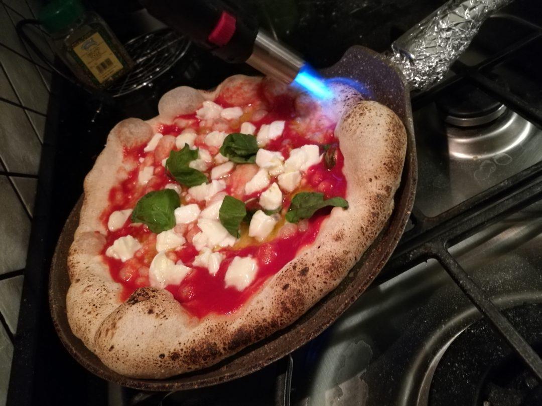 """La pizza nel momento della scannellata""""."""