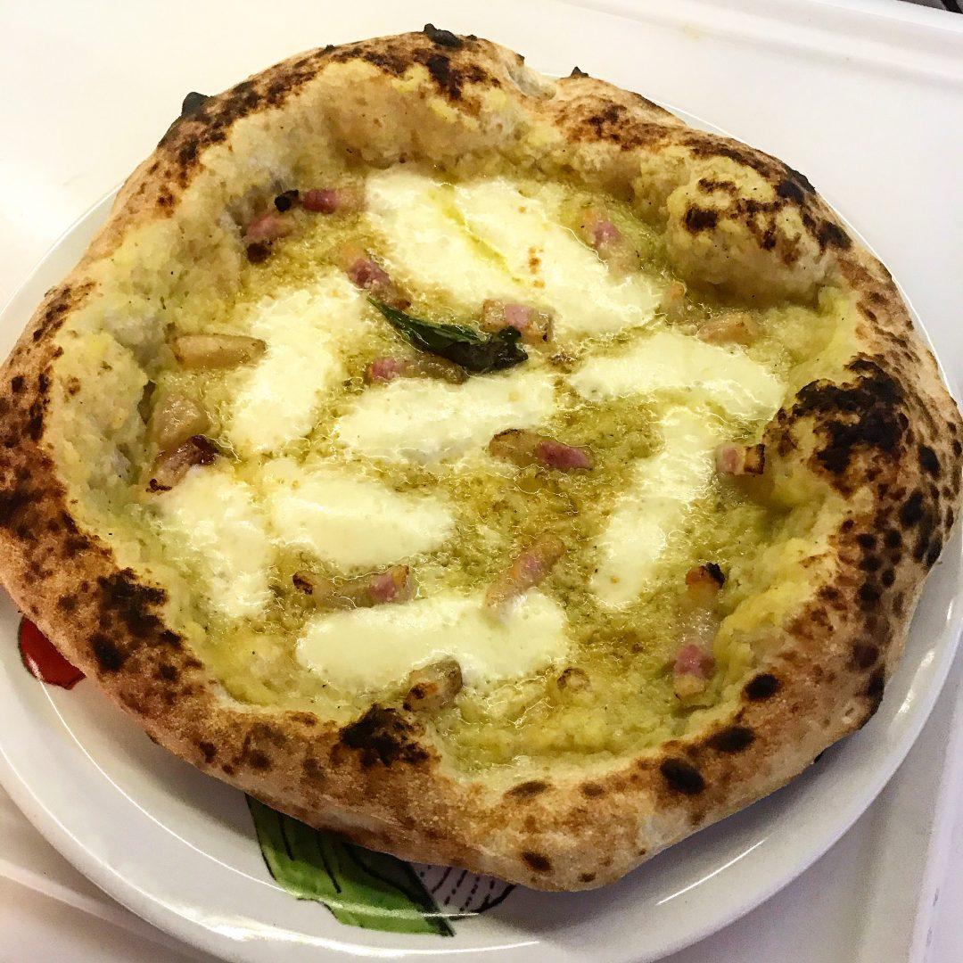 Pizza fatta in casa con crema di porri e guanciale