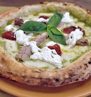 Italia va al mare con fior di latte, crema di zucchine, polpette fritte, stracciatella di bufala (Pizzeria Verace, Perugia)