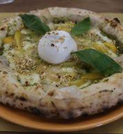 Gina con fior di latte, crema di asparagi, lardo di Colonnata, pomodori secchi, tarallo napoletano sbriciolato (Pizzeria Verace, Perugia)