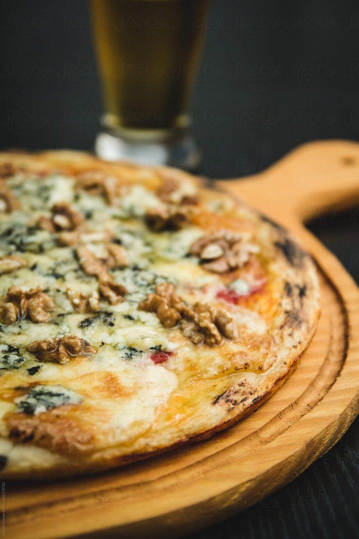 Dettaglio di pizza con noci