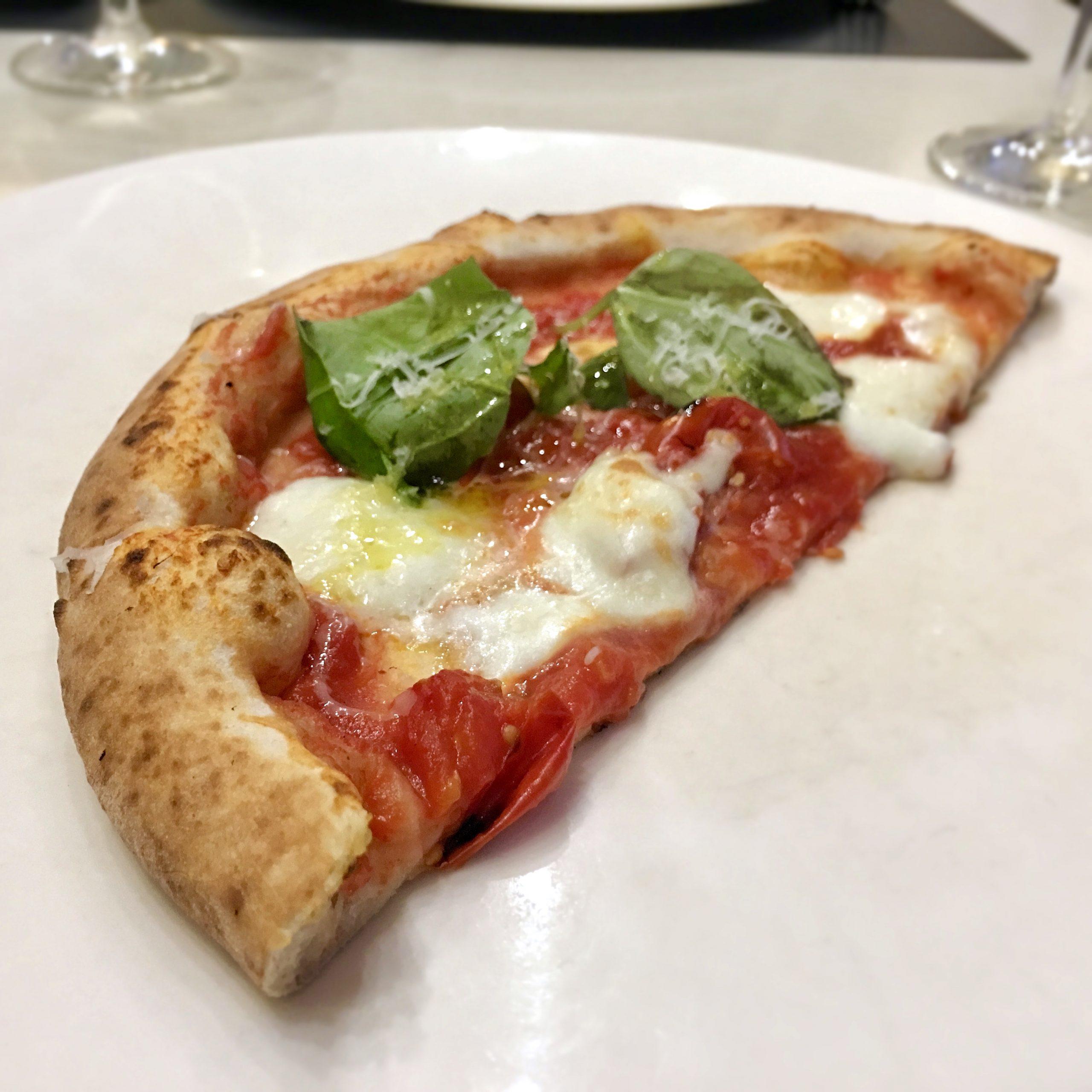 Margherita gourmet con mozzarella di bufala (Pizzeria La Notizia 94, Fuorigrotta, Napoli)