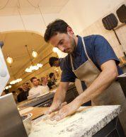 Stesura impasto (Pizzeria Crosta, Palestro M1, Milano)