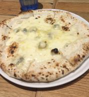 Pizza quattro formaggi (Il Pinolo Pizza Bar, Fujimi)