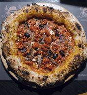 Marinara dei Signori, con olive nere di Caiazzo, alici di Cetara e pomodorini semi-dry (Da Lioniello, Caserta)