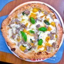 Salsiccia e pomodoro giallo (Pizzeria Ciro Pellone, Fuorigrotta Napoli)