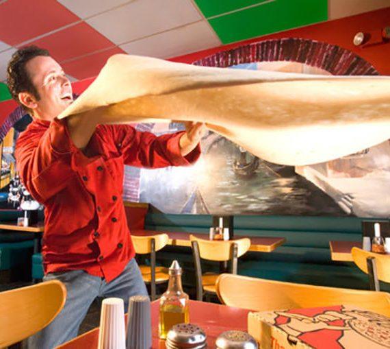 Tony Gemignani fa roteare una pizza enorme per due minuti