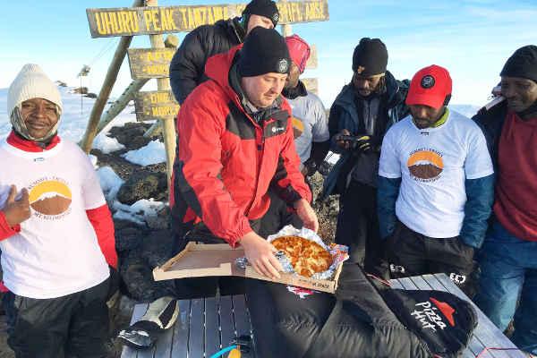Pizza consegnata sul Kilimangiaro