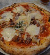 Pizza con salsiccia e scamorza (Pizzeria Sacro Cuore, Brent, Londra)
