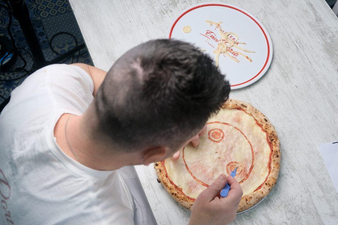 Errico Porzio al lavoro sulla Pizza NieR Ver. Emila