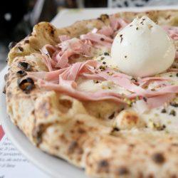 Pizza con mortadella e pistacchio (Pizzeria Rosso Vivo, Chianciano Terme)