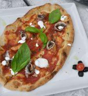 Pizza rossa con alici (Pizzeria Nama Sushi Pizza & Bollicine, Chianciano Terme)