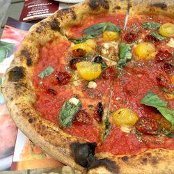 Pizza rossa con pomodorino giallo (Pizzeria Rosso Vivo, Chiusi)