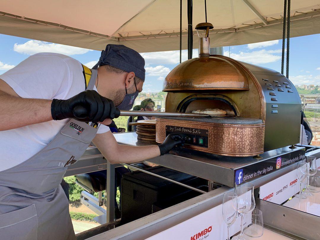 Il forno per la cottura della pizza (Dinner in the Sky Italia)